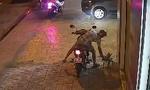 Người đàn ông đi xe máy, ăn mặc bảnh bao lấy trộm chậu kiểng nhà dân