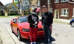 Thanh niên dành 10 tiếng để dọn rác đường phố, được tặng xe hơi