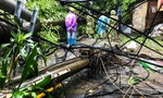 Cột điện đổ trong mưa, điện giật 2 người đi xe máy tử vong