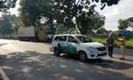 TPHCM: Xe container tông taxi, 7 người đi ăn cưới thoát chết
