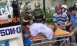 Người đàn ông la hét, cầm hung khí tự đâm vào bụng ở Sài Gòn