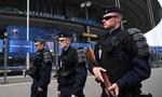 Cảnh sát chống bạo động Pháp giám sát người dân... đeo khẩu trang