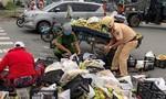Hai cán bộ Công an ở TPHCM giúp dân gặp nạn trên đường