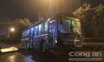 TPHCM: Xe buýt vắt vẻo trên dải phân cách xa lộ Hà Nội