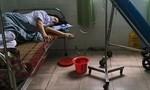 Nữ nhân viên y tế kiệt sức khi căng mình chống dịch tại Đà Nẵng