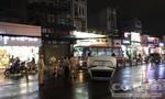 Ô tô lật chỏng vó lên trời ở Sài Gòn, nhiều người thoát chết