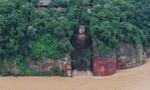 Nước lũ ngập đến chân tượng Phật khổng lồ ở Trung Quốc