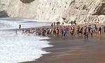 """Video hàng chục người tạo thành """"sợi dây"""" cứu người đuối nước"""