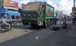 Xe chở rác kéo lê cô gái đi xe máy ở Sài Gòn