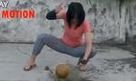 Clip võ  sĩ hotgirl dùng tay không bổ dừa