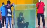 Clip chàng trai nín thở dưới nước 2 phút, xếp liền 5 khối rubik cực khó