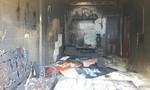 Khóa cửa rồi dùng xăng đốt nhà, 5 người may mắn được cứu thoát