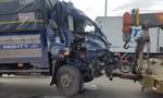 TPHCM: Xe tải nát đầu khi tông đuôi xe khách, phụ xe kẹt cứng trong cabin