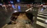 """Sau mưa lớn, """"hố tử thần khủng"""" xuất hiện giữa giao lộ ở Sài Gòn"""