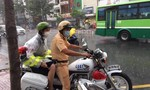 TP.HCM: Xúc động trước hình ảnh CSGT nhường áo mưa, hỗ trợ thí sinh