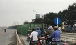 Container lật nhào lúc sáng sớm, xe máy thắng lết bánh để tránh