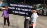 Vận động nhóm người mặc đồ tang mang băng rôn kêu cứu về nhà