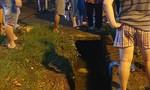 Điều động máy múc cứu hộ người phụ nữ lọt xuống cống trong cơn mưa