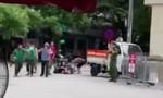 Tài xế xe ôm hỗn chiến trước cổng bệnh viện, 2 người trọng thương