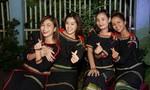 H'Hen Niê mang 500 phần quà trung thu đến với trẻ em ở buôn làng