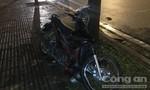 Đi nhậu về, hai thanh niên lao xe máy lên vỉa hè tông cây xanh, trọng thương