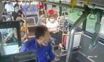 Clip người đàn ông ở Hà Nội phun nước bọt vào phụ xe buýt vì bị nhắc đeo khẩu trang