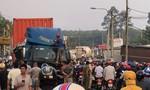 Đồng Nai: Xe container tông gãy lan can cầu, lao xuống suối