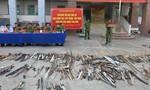 """Công an quận Tân Phú tiêu hủy """"kho"""" vũ khí thô sơ, công cụ hỗ trợ"""