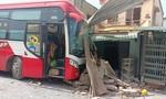 Xe giường nằm mất lái tông taxi rồi đâm sập 2 nhà dân