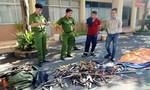 """Công an Q.Tân Bình tiêu hủy """"kho"""" súng đạn và hung khí nguy hiểm"""