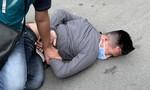 Cảnh giác với các thủ đoạn cướp giật điện thoại di động trên đường phố