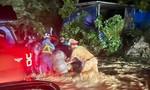 CSGT đẩy xe máy giúp đoàn người về quê qua đoạn đường ngập nước