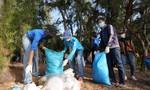 H'Hen Niê cùng các chiến sĩ Công an tham gia vệ sinh môi trường đảo Phú Quý