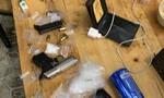 Đối tượng trốn truy nã bị bắt tại quán nhậu, thu giữ 2 khẩu súng cùng kíp nổ