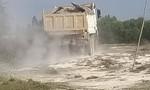 Xe ben chở đất chạy tung bụi mù trên Quốc lộ 62