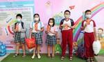 Trở lại trường sau dịch, học sinh ở TPHCM hào hứng được nhận lì xì