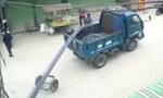 Clip xe tải chở sắt rơi trúng người đi xe máy