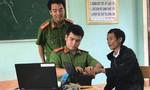 """""""Người rừng"""" Hồ Văn Lang đi làm căn cước công dân gắn chíp điện tử"""