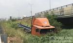 Container lao khỏi đường dẫn cao tốc ở TPHCM, cắm đầu xuống bãi cỏ