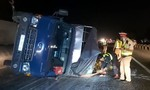 Xe tải lật trên cao tốc, nhân viên cứu hộ chạy bộ 2km mở đường cho xe cấp cứu