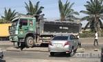 Taxi công nghệ bị tông văng cả chục mét, 4 người một gia đình nhập viện