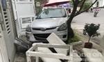 """Một phụ nữ lái xế hộp """"vượt"""" barie, húc văng 2 người trong chung cư ở Sài Gòn"""