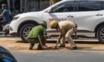 Cảnh sát ở TPHCM rải cát thấm nhớt sau tai nạn để người dân lưu thông an toàn