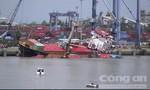 TPHCM: Tàu hàng lật nghiêng, nhiều thùng container rơi xuống sông