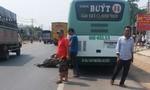 Sau va chạm với xe buýt, người chạy xe máy ngã xuống tử vong