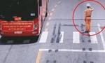 Xúc động clip CSGT chào đoàn xe chở bác sĩ đến Bắc Giang chống dịch