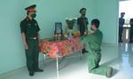 Chiến sĩ nén nỗi đau, bái vọng mẹ trước bàn thờ lập trong đơn vị