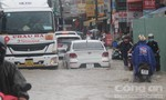 Hàng loạt phương tiện chết máy trên đường phố ngập nước