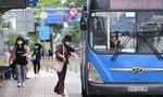 TPHCM: Tài xế xe buýt, taxi và hành khách thực hiện phòng chống dịch ra sao?