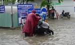 """Mưa trắng trời ở Sài Gòn, đường sá """"biến"""" thành sông, xe chết máy hàng loạt"""